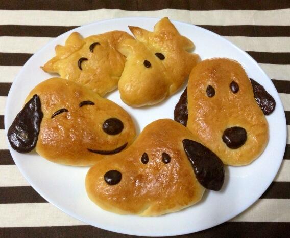 しまった!出すのを忘れていたが、こちらは旦那が作ったスヌーピーパンです♪甘くないプレーンのパン。あぁカボチャスープの時に出せばよかった〜