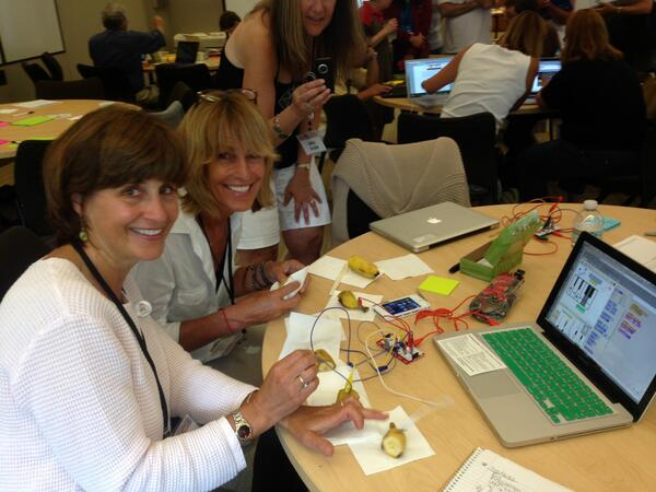 Playing a #MaKeyMakey banana piano at #CCOW Symposium.  Awesome day! @karen_brennan  @ScratchEdTeam pic.twitter.com/hcUsNIe5x0