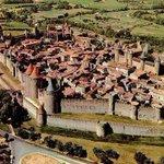 Image for the Tweet beginning: 【歴史的城塞都市カルカソンヌ(フランス)】 紀元前6世紀から2500年以上の歴史がある。 長い歴史の中の改修によりこの形になった。 三重の厚い城壁に囲まれていて、敵の侵入を拒んでいる。 漫画「進撃の巨人」の街のモチーフになった。