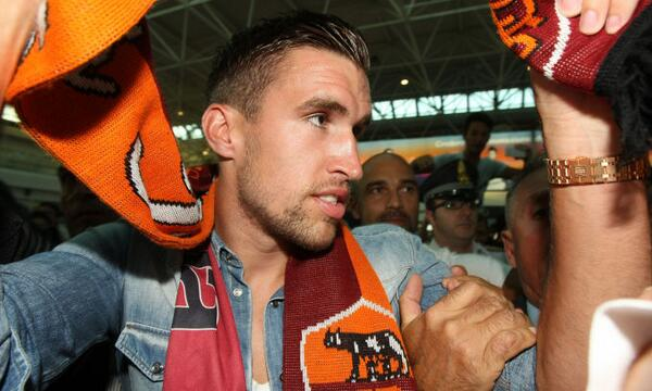 Kevin Strootman getting mobbed by Roma ultras as the Dutchman arrives at Fiumicino airport