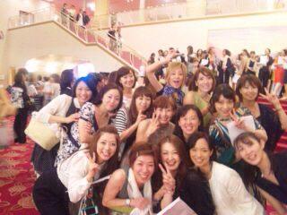 大劇場ロビーにて同期と!80期バンザイ\(^-^)/ http://t.co/spjqxFWyZC