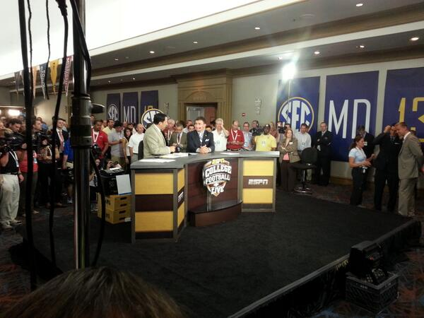 Live on ESPN, @JManziel2 visits on the set of College Football Live. http://pic.twitter.com/6lTzIfnFk6