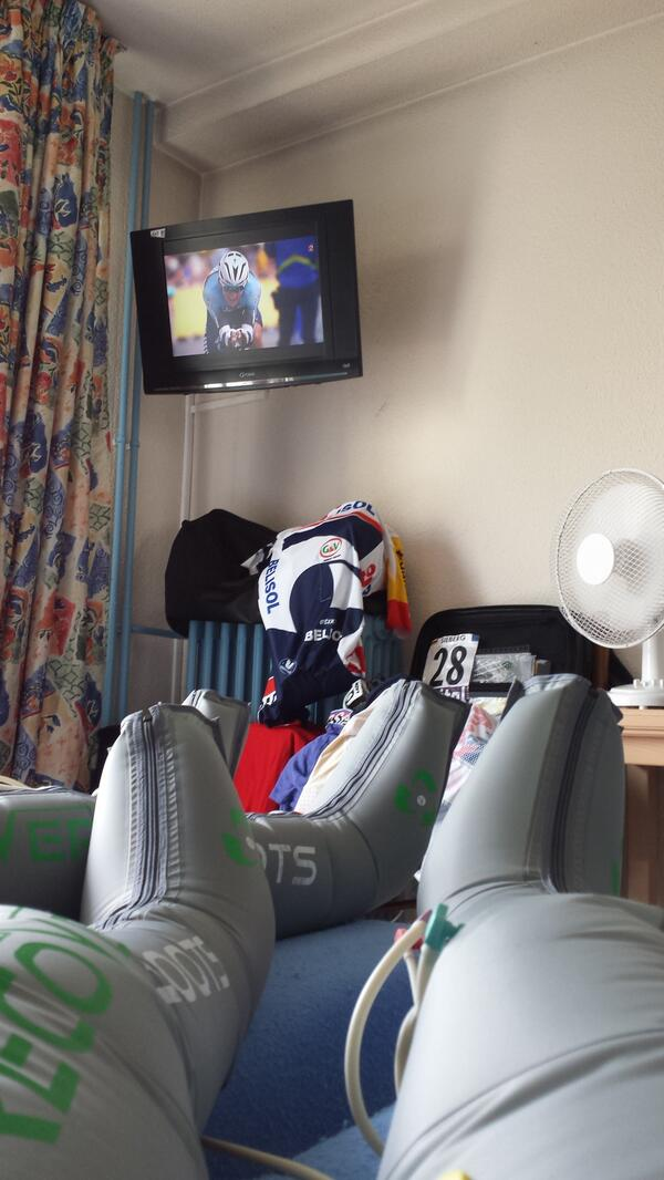 Like to watch the race I am taking part in. Recovery and watching riders suffering....is this fair??? pic.twitter.com/0L3Z2NSArI
