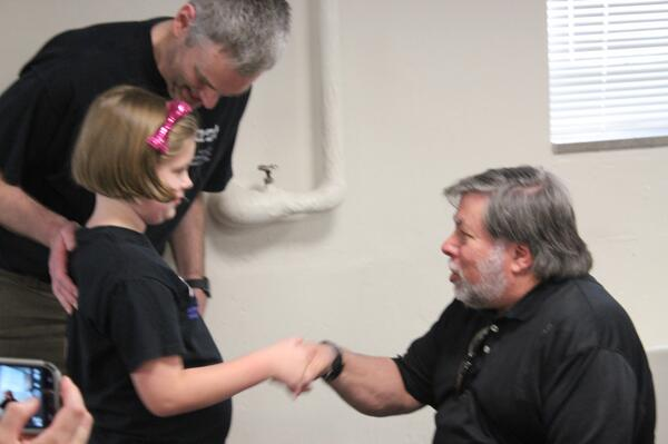 Sophie introduces herself to @stevewoz. She was nervous but comported herself well! @kgagne shared this pic! pic.twitter.com/yHTvJi2v08