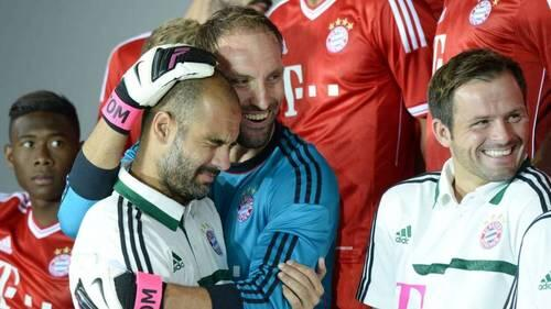 Bayern Munich keeper Tom Starke accidentally hits Pep Guardiola in the face at team photo shoot