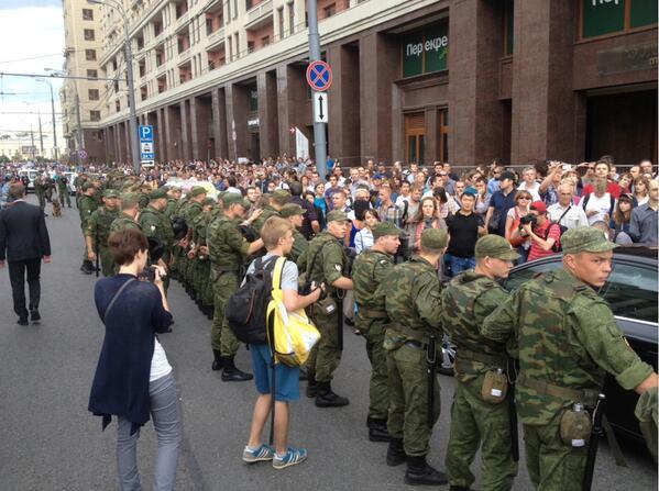 Москва вышла за Навального на Манежную площадь