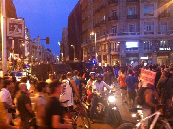 Cruzando Gran Vía ya hay varios furgones antidisturbios #BarbacoaDestituyente pic.twitter.com/9jmU0aXJh4