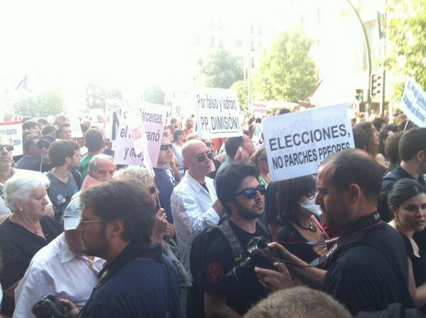 Pese al calor está llegando mucha gente. Veo muchos afectados por #preferentes de @Bankia #BarbacoaDestituyente pic.twitter.com/OXI6VThefo