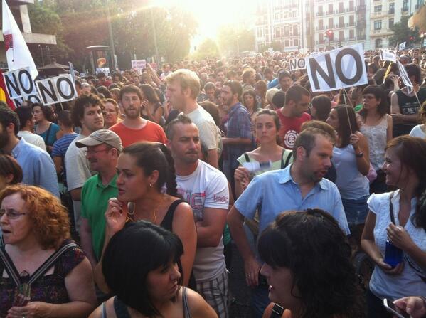 La gente sigue llegando a Alonso Martínez. Mucho abanico y muchas botellas de agua 37ºC #BarbacoaDestituyente pic.twitter.com/i5klqap23g
