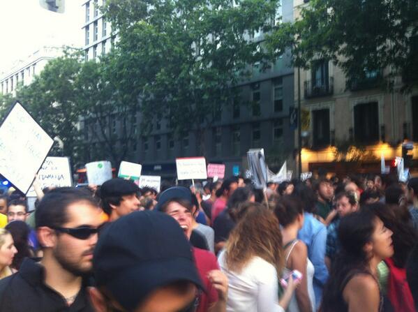 """¡Eo eo eo! ¡Nos vamos de paseo!"" La gente se mueve alejándose de Génova #BarbacoaDestituyente pic.twitter.com/VYP1aZId8N"