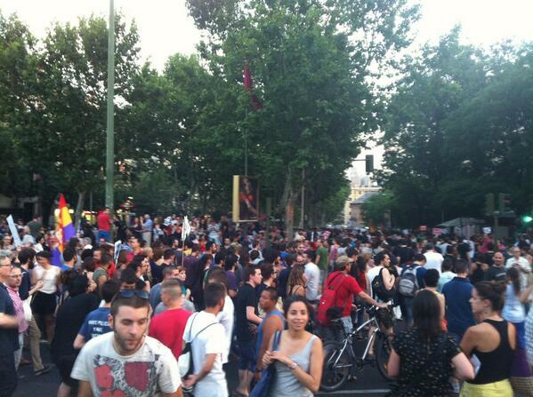 La gente baja por la Plaza Santa Ana #BarbacoaDestituyente pic.twitter.com/cGHF0vZ6IH