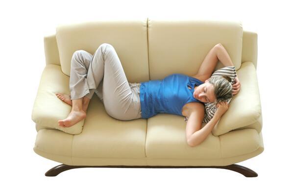 Картинка женщины лежащей на диване