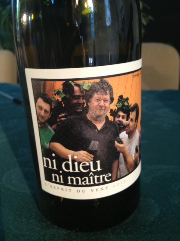 "Gérard Lambert #Ebdm2013 présente dans la chapelle un vin nommé ""Ni dieu ni maître"" pic.twitter.com/JoN80AYDox"
