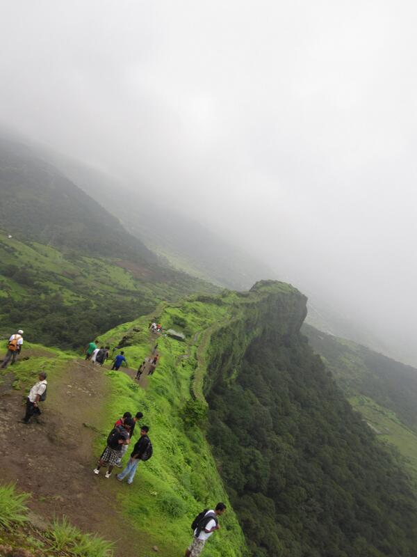 #travelindia the Western ghats in the #monsoon :magical colours, & lot of history with hikes to the forts. #sahyadris pic.twitter.com/PXrWufVG3m