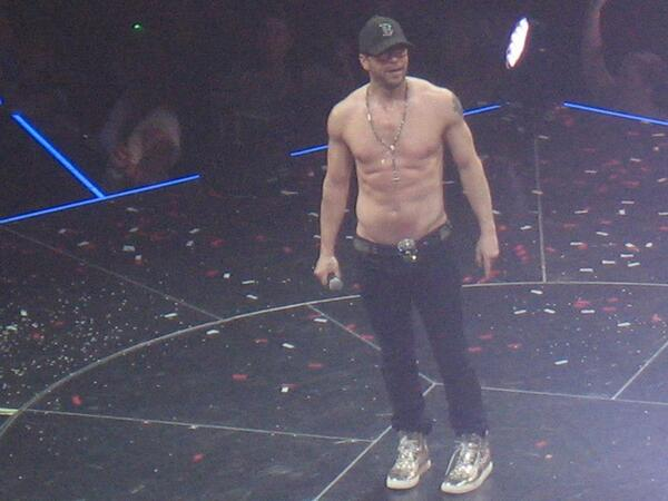 @DonnieWahlberg Out way too late for a Sunday night but 100% worth it :) pic.twitter.com/zAuYBruhfr
