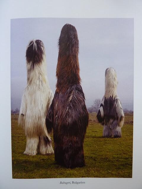 ブルガリアのクケリって祭の衣装がすごい。なまはげ的なお祭りらしい。もふもふ。