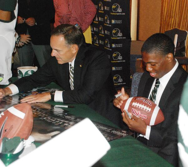 Mark Dantonio signs a schedule poster while Darqueze Dennard autographs a football prior to Big Ten Kickoff Luncheon. pic.twitter.com/5iNk2IdhZ8
