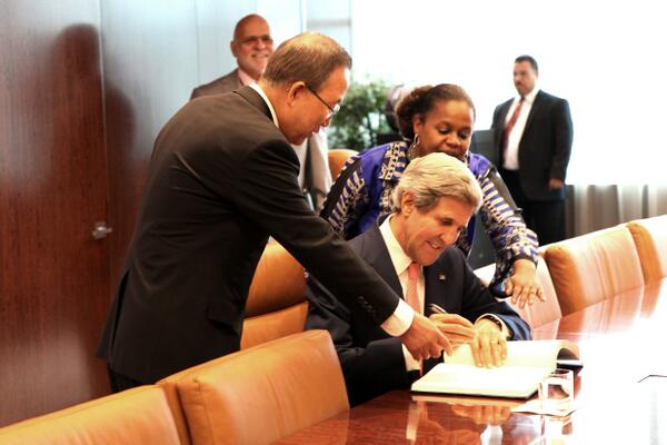 Secretary John Kerry signing the UN guest book during his meeting with Secretary-General Ban Ki-moon today. pic.twitter.com/zIobt8vGbA
