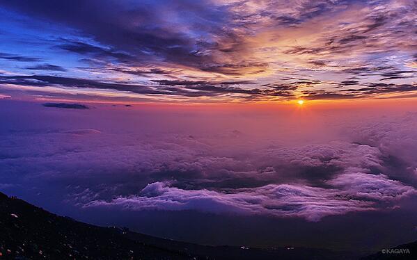 今朝の富士山頂からの御来光。雲海の果てに黄金の輝きが現れました。3日間山頂で待ってやっと撮影できました(それで下山できました)。すばらしい雲たちの演出もあり、涙が出てきました。