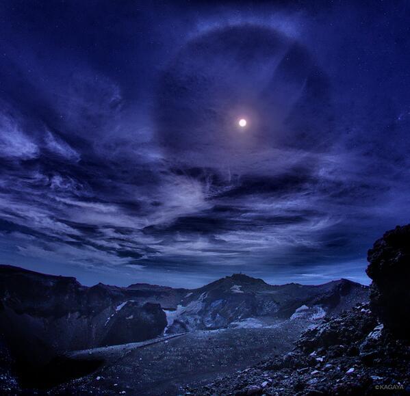 月夜の富士山頂火口。撮りたかった写真のひとつで、月の真下にあるのが日本最高峰の剣ヶ峰(3776m)です。巻雲と暈までもが豪華にかざってくれました。夢のような夜でした。