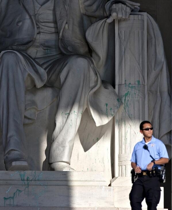 """Criminal. """"@AntDeRosa: Green paint splattered on Lincoln Memorial bit.ly/18DcHEK pic.twitter.com/Jxn07OEYpD"""""""