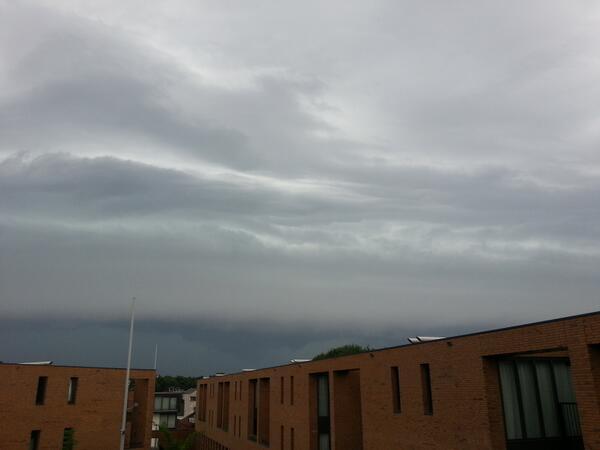 En nog maar een foto van het#Onweer wat er aan kwam bij #Eindhoven @helgavanleur pic.twitter.com/T7gUKCVJcB