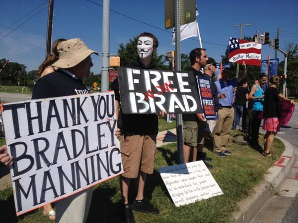 PHOTO: Bradley #Manning supporters gather outside of Ft. Meade ahead of verdict pic.twitter.com/BXN5mBKkNw on.rt.com/0inxdj