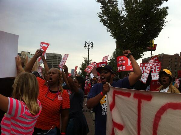 We're fired up outside McDonald's in midtown Detroit! This is amazing. #raisethewage pic.twitter.com/eRSjCHYCkB