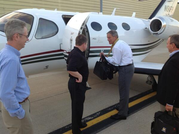 Coach Kirk Ferentz boards the charter to Bristol and ESPN bright and early. #ESPNB1G #Hawkeyes pic.twitter.com/D2yfhUROIM