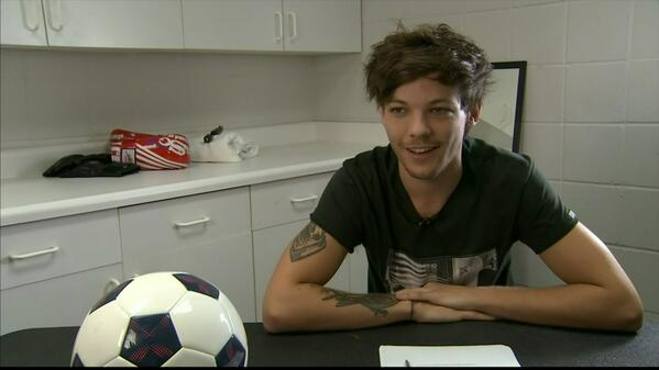 One Direction's @Louis_Tomlinson signs for Doncaster Rovers - more on #SSN now #92Live #OneDirection http://t.co/rPRKIGOo8w