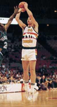 Hoy cumple 55 años @KikiVanDeWeghe jugador 2 veces All Star con @denvernuggets que jugó 13 años en #NBA ¿se acuerdan?