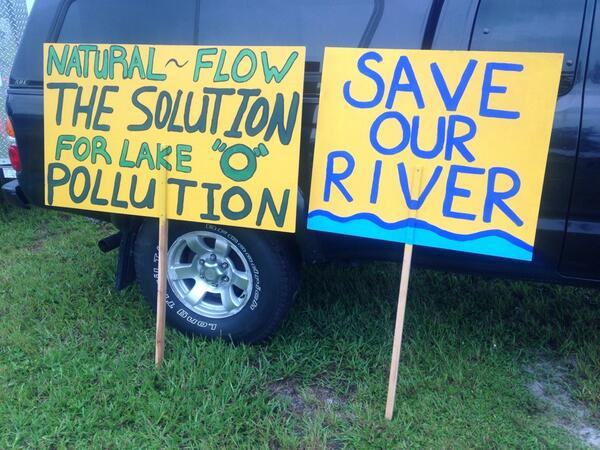 Protest signs waiting to be carried later at the #IndianRiverLagoon rally at Phipps Park in Stuart. pic.twitter.com/5LEDNelgJ3