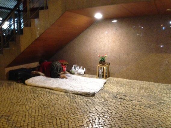 la clochard che nel cuore di #lisbona prepara camera da letto in strada e nn dimentica il comodino coi fiori http://twitter.com/sanderic/status/363823872480538624/photo/1