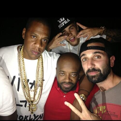 Justin with Jay-Z and friends last night in Miami (August 16th, 2013) pic.twitter.com/UJ9bNeEvyq