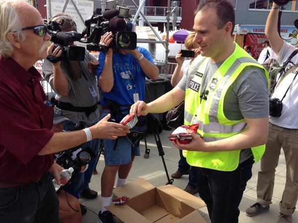 Cops give out Doritos at Hempfest BR4vZ0bCQAE8pet