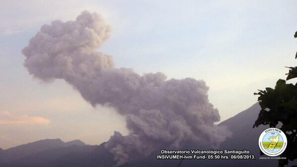 Panache de cendres et écoulement pyroclastique sur le volcan Santiaguito, 06 août 2013