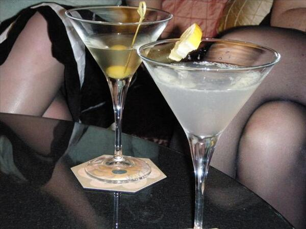 #murderonthebeach Who fancies a dirty martini? Or a White Lady? to kick things off... pic.twitter.com/dm4dc9zwVV