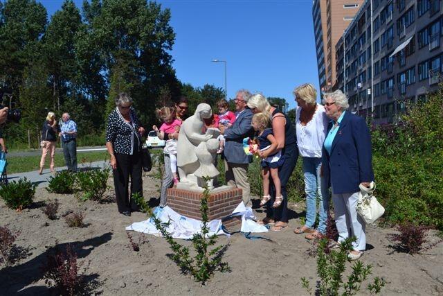 Onthulling eerste weesbeeld in Hoek van Holland