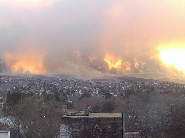 [VILLA CARLOS PAZ] Gran incendio forestal. 400 personas autoevacuadas [Foto vía @marinosergio] pic.twitter.com/UiFjlVClZD