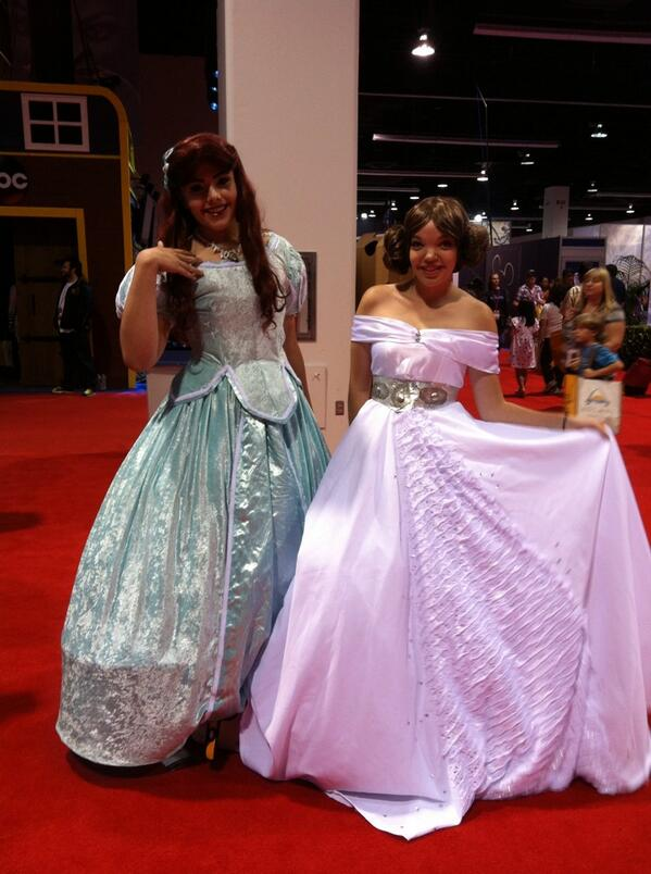 Another Princess Leia in a ball gown (and she's hanging out with Ariel): #StarWars #D23Expo pic.twitter.com/xQrCjuutmx