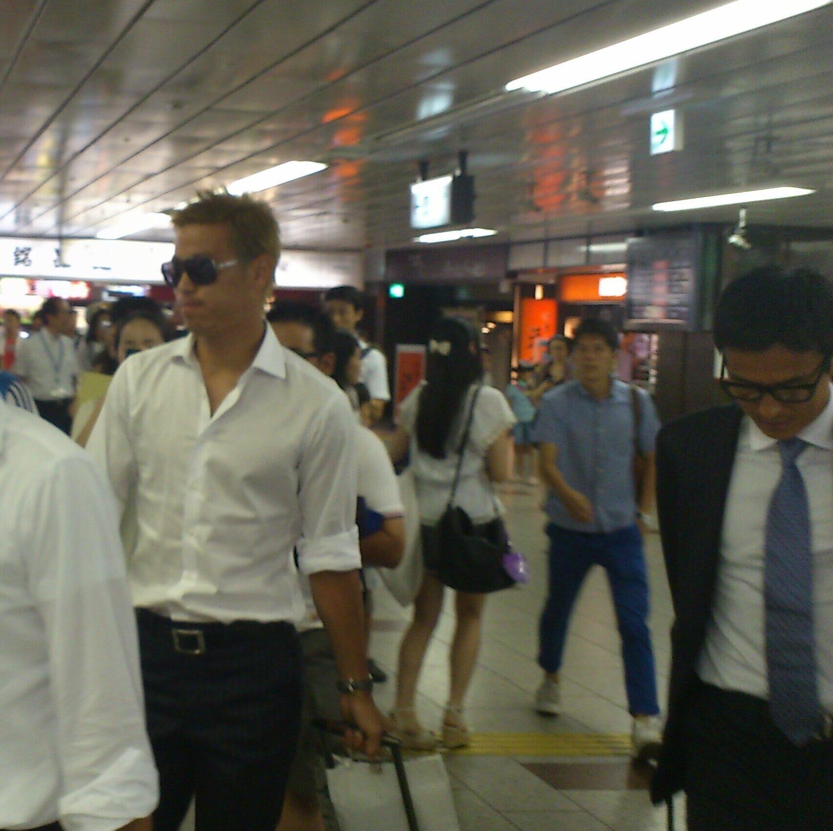 ツイ民 「やばいんだけど!駅に日本代表の本田と、ジーコ監督いた!!」