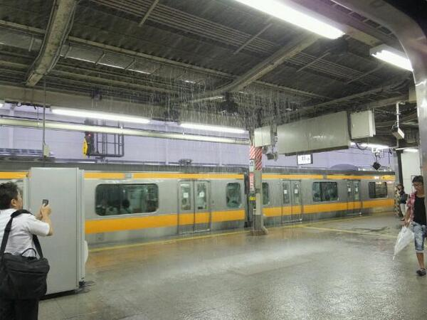 吉祥寺駅ホーム真ん中から冠水の図