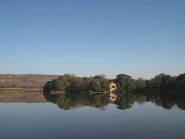 A1 The gorgeous lake at Ranthambore NP. I loved the early morning stillness.  #travelindia pic.twitter.com/bCoDUANyc1