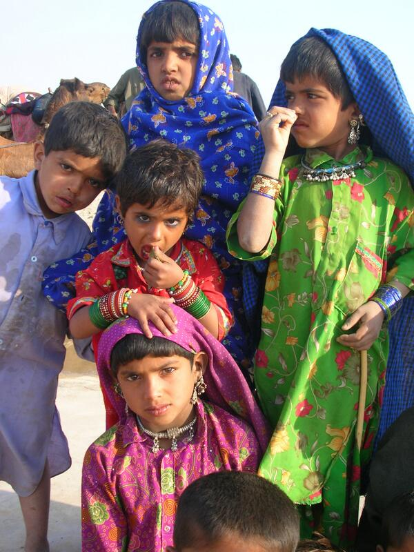 A1 Love this shot of all these colorfully dressed kids in the #Thar Desert! #travelindia  #india #travel taken in '05 pic.twitter.com/ui2e8bt7dx