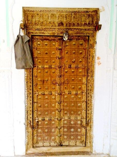 This one is almost 500 year old door from my very own haveli 'house' in Bessau, Shekhawati, Rajasthan. #travelIndia pic.twitter.com/JSTEptEAcx