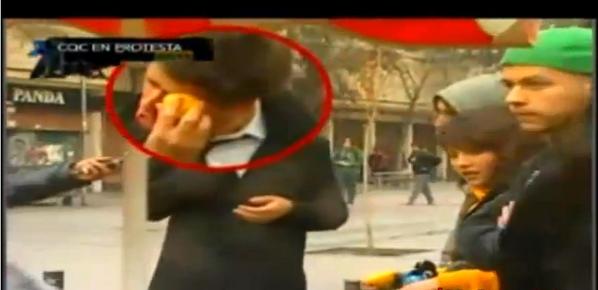 Que saben de protestas en #21Días... @Peterelenzo fue el primero en enfrentar las lacrimógenas youtu.be/F7x8rI4w_qg pic.twitter.com/m4sRJmq5dB