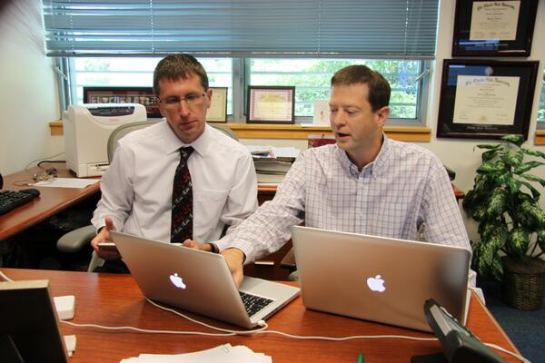 Here we are typing away and answering your #hurricane Qs! Rick and Dan...#hurrichat pic.twitter.com/Y4mdYnXLNc
