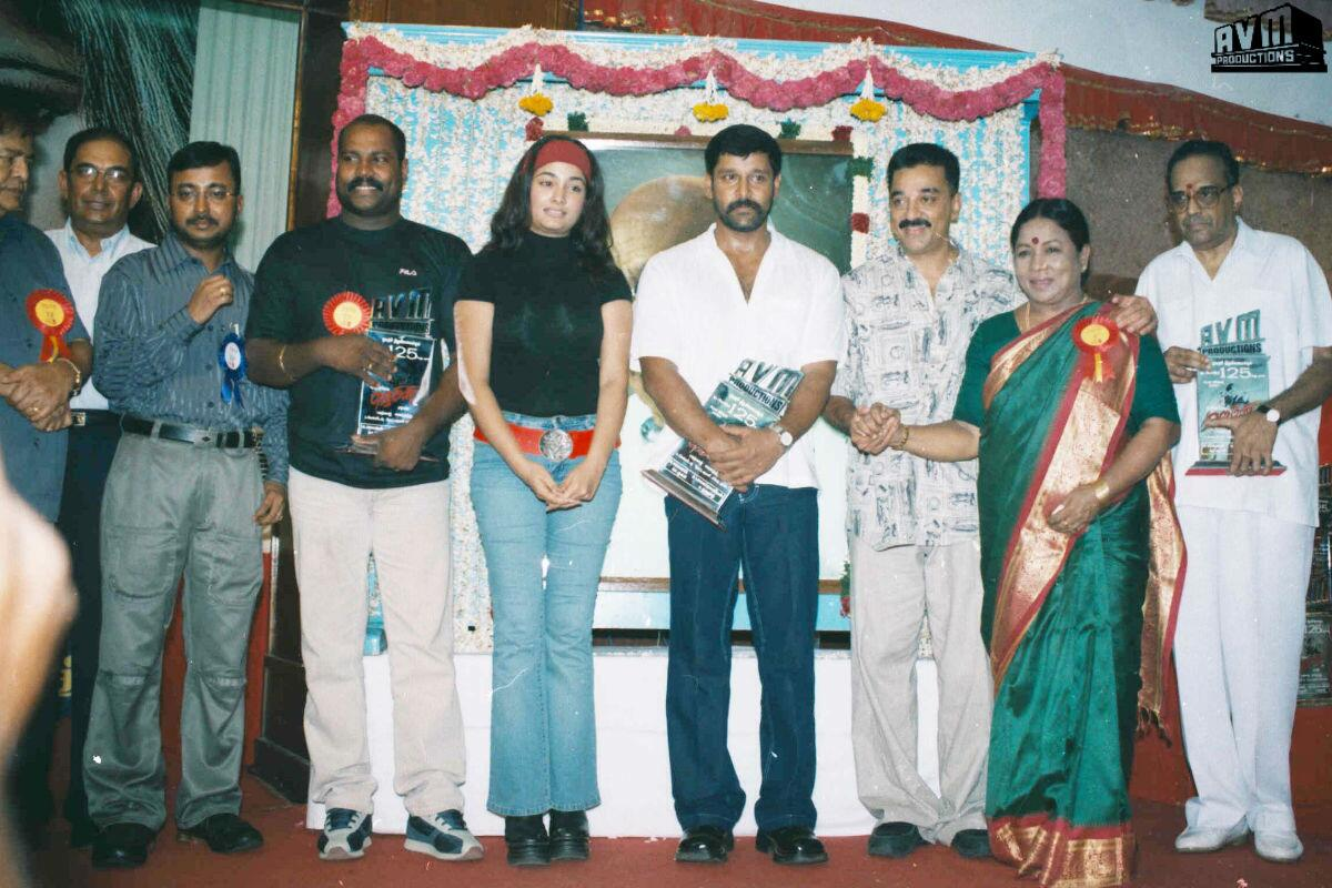 #Ulaganayagan #Kamal Haasan with the cast & crew of #Gemini during the film's 125 days celebration function. #AVM http://t.co/ZUt5cz1SLT