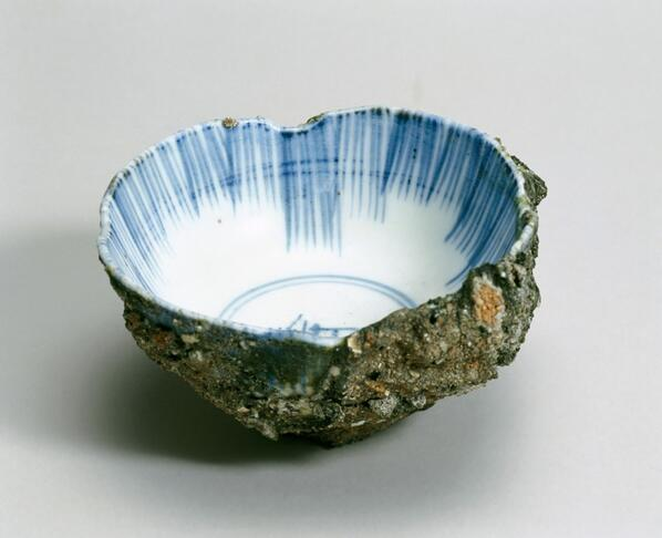 A modest object, but heartbreaking. A porcelain bowl pulled from Hiroshima after first atomic bomb dropped #MMWTour pic.twitter.com/ZkOYjcUhGC