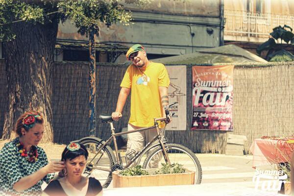 RT @muzicadevest: mi-au furat-o pe coana Kona Hahanna din scara blocului, de o vedeti pe undeva,da-ti de stire! #furtbiciclete #Oradea http…